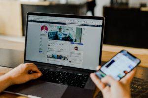 Gleichzeitige Besuch von Facebook auf Notebook und Smartphone.