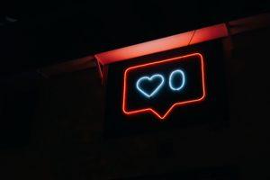 Neon-Zeichen mit generierten Likes