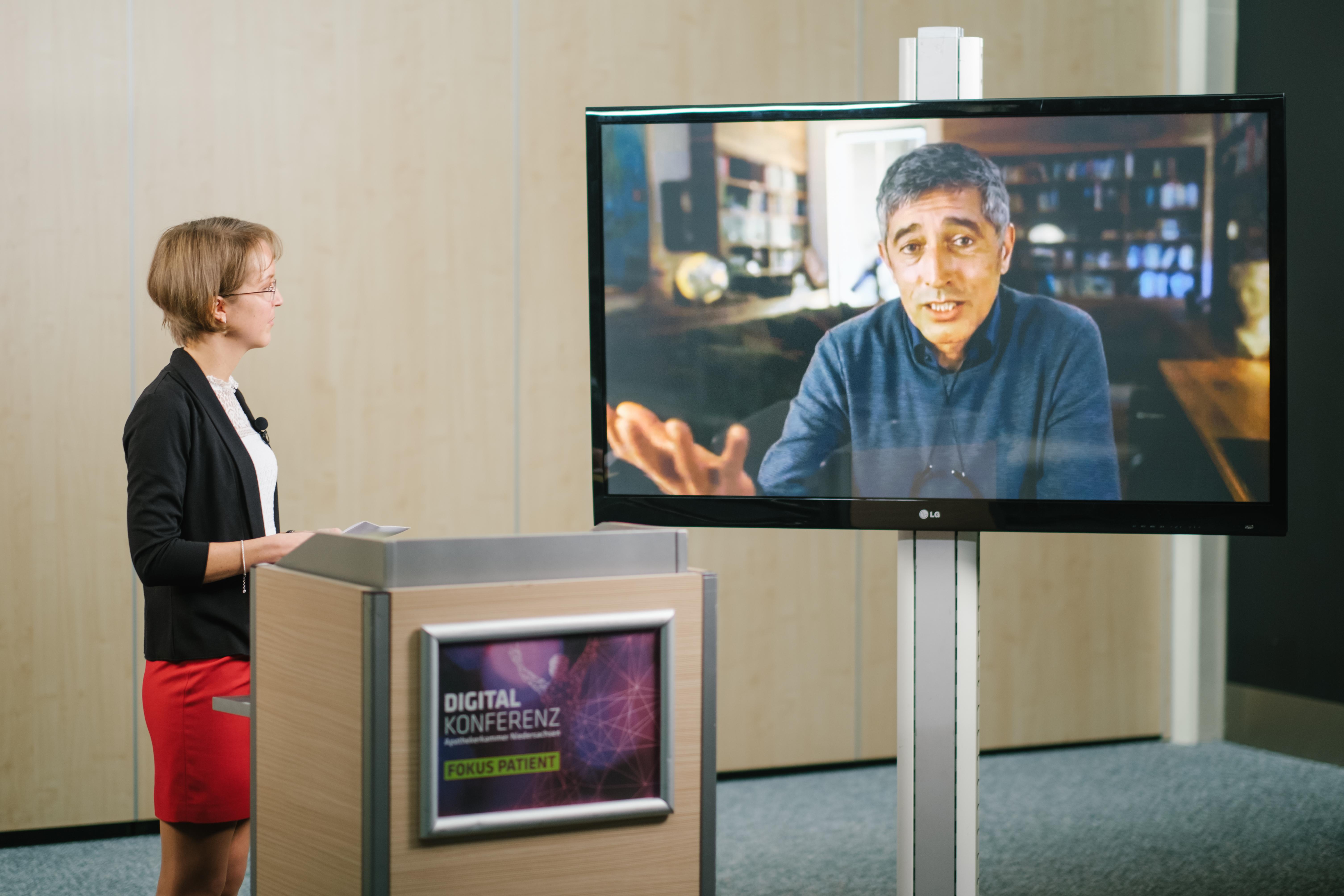 Bianca Uekermann, Moderatorin und Vorstandsmitglied der Apothekerkammer Niedersachsen im Gespräch mit Ranga Yogeshwar