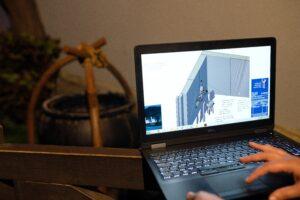 Virtuelles Design einer Maschine am Notebook