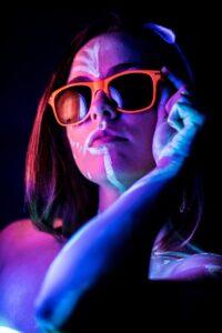 Bemalte Hipster Frau mit Brille
