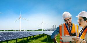 Ein Ingenieur und eine Ingenieurin vor einem Solarpanelfeld