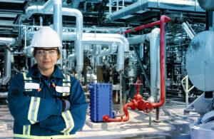 Eine Ingenieurin vor einem Alfa Laval COmpabloc Wärmetauscher.