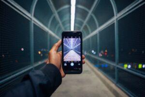 Via Smartphone wird ein überdachter Tunnel gefilmt.