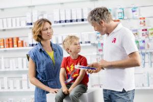 Apotheker mit Mutter und Kind