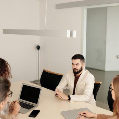 Menschen an einem Konferenztisch treffen sich zum Vorstellungsgespräch.